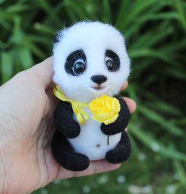 Валяная игрушка Панда-мальчик с цветком в Stranamasterov.by Беларусь.