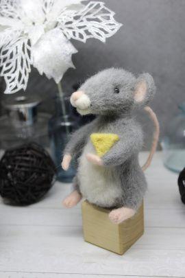 Валяная игрушка Мышка с сыром в Stranamasterov.by Беларусь.