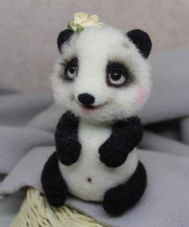 Валяная игрушка Панда-девочка с цветком в Stranamasterov.by Беларусь.