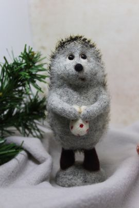 Валяная игрушка Ежик на камушке в Stranamasterov.by Беларусь.