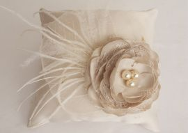 Подушечка для колец Цветок и перья - подарок ручной работы на свадьбу Беларусь.