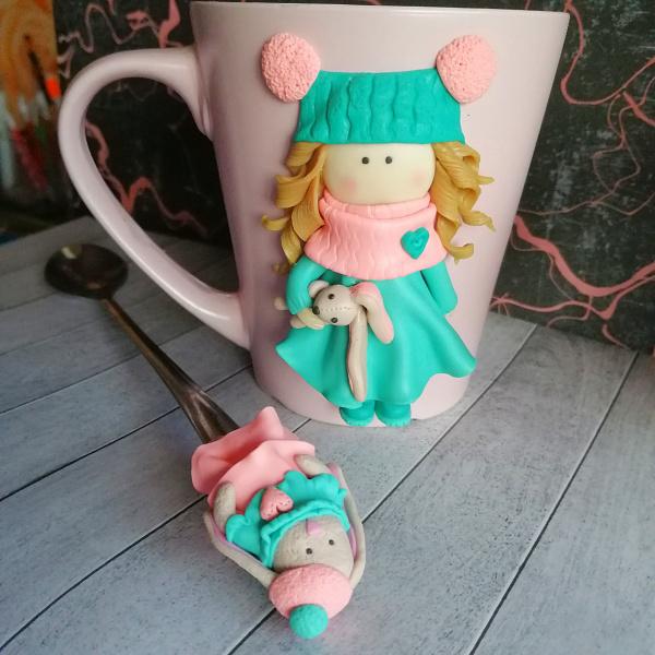 Кружка и ложка с декором Куколка с зайкой в Stranamasterov.by