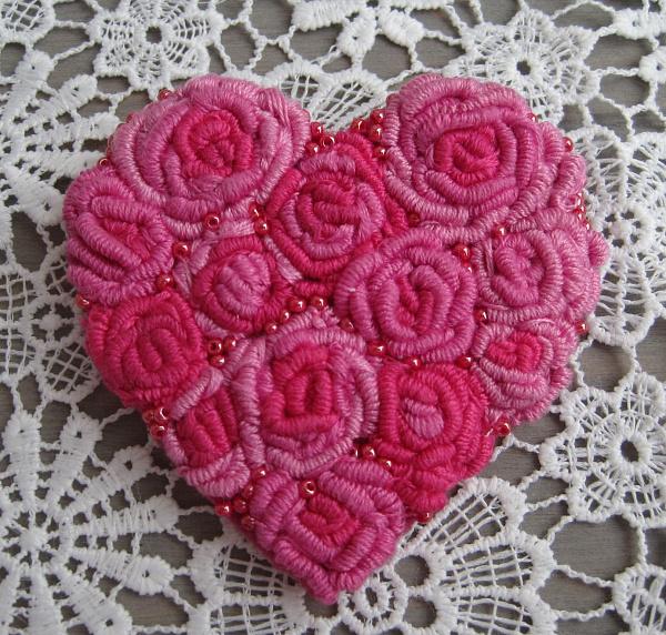 Брошь вышитая Сердце из роз в Stranamasterov.by