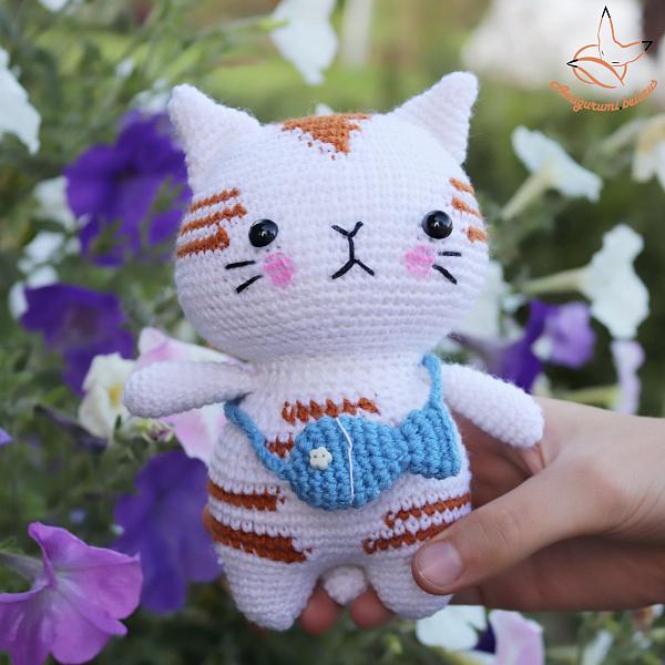 Вязаная игрушка Котик с рыбкой в Stranamasterov.by