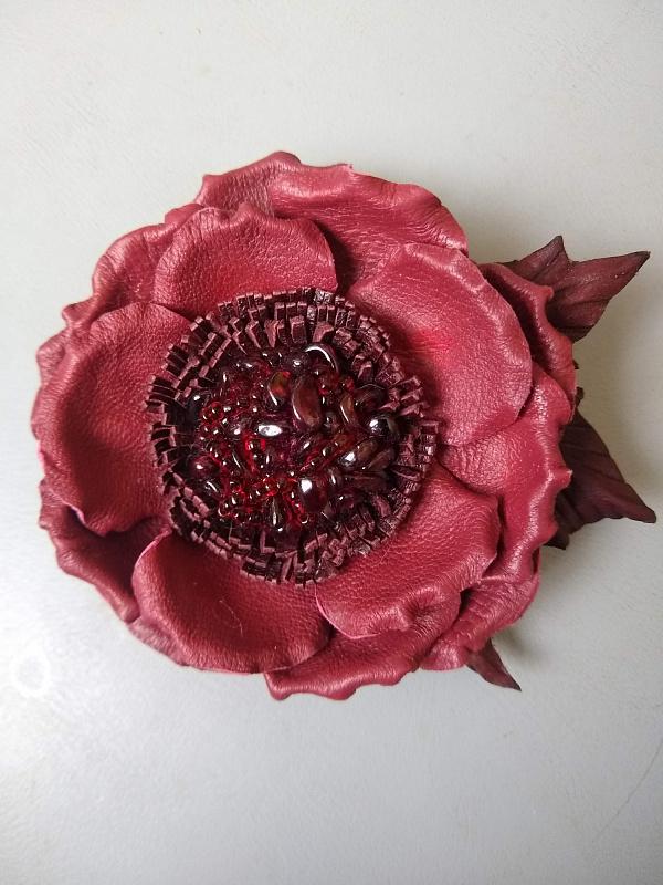 Брошь из кожи Бордовая роза с листьями в Stranamasterov.by