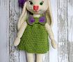 Вязаная игрушка Зайка в платье и берете в Stranamasterov.by