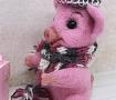 Валяная игрушка Хрюша в шарфике и шапочке в Stranamasterov.by
