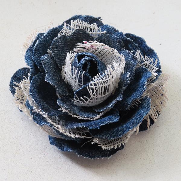 Брошь из ткани Белая с синим в Stranamasterov.by