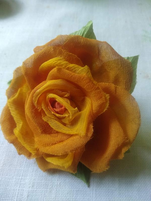 Брошь из ткани Крепдышиновая роза в Stranamasterov.by